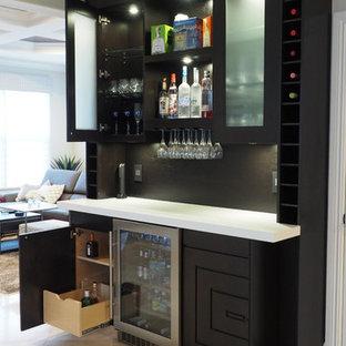 Idee per un bancone bar contemporaneo di medie dimensioni con ante lisce, ante in legno bruno, pavimento con piastrelle in ceramica e paraspruzzi marrone