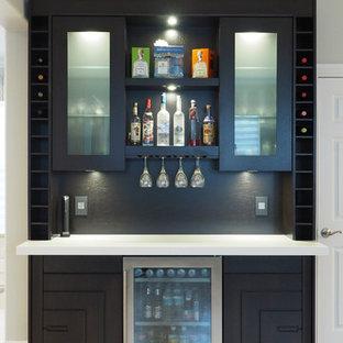 Ispirazione per un bancone bar contemporaneo di medie dimensioni con ante lisce, ante in legno bruno, pavimento con piastrelle in ceramica e paraspruzzi marrone