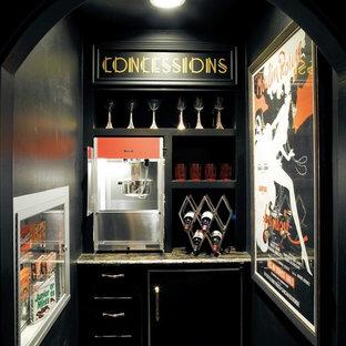 Modelo de bar en casa ecléctico con puertas de armario negras