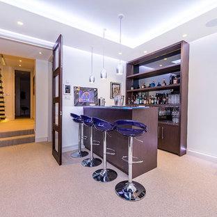 ロンドンの中くらいのコンテンポラリースタイルのおしゃれな着席型バー (I型、オープンシェルフ、濃色木目調キャビネット、ミラータイルのキッチンパネル、カーペット敷き、ベージュの床、ガラスカウンター) の写真