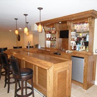 Idee per un bancone bar chic di medie dimensioni con top in legno, pavimento in gres porcellanato e top marrone