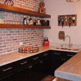 シカゴの中くらいのラスティックスタイルのおしゃれなウェット バー (コの字型、アンダーカウンターシンク、落し込みパネル扉のキャビネット、御影石カウンター、マルチカラーのキッチンパネル、レンガのキッチンパネル、セラミックタイルの床、濃色木目調キャビネット、茶色い床) の写真