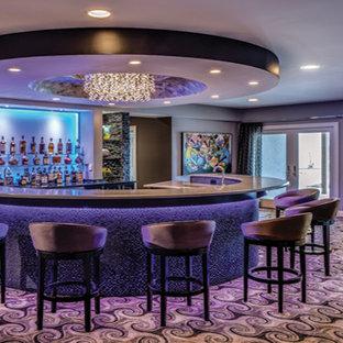 ワシントンD.C.の大きいエクレクティックスタイルのおしゃれな着席型バー (コの字型、アンダーカウンターシンク、オープンシェルフ、クオーツストーンカウンター、カーペット敷き、マルチカラーの床) の写真
