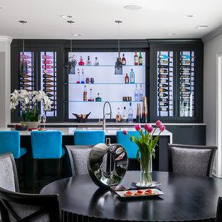 Ispirazione per un ampio bancone bar moderno con parquet scuro, pavimento marrone, lavello sottopiano, ante lisce, ante nere, top in quarzo composito, top blu e paraspruzzi con lastra di vetro