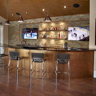 エドモントンの広いコンテンポラリースタイルのおしゃれな着席型バー (クオーツストーンカウンター、オープンシェルフ、マルチカラーのキッチンパネル、スレートのキッチンパネル、濃色無垢フローリング、茶色い床) の写真
