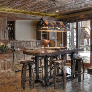ミネアポリスのラスティックスタイルのおしゃれなウェット バー (I型、シェーカースタイル扉のキャビネット、ヴィンテージ仕上げキャビネット、茶色いキッチンカウンター) の写真