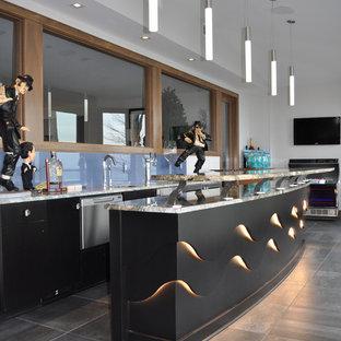Ispirazione per un grande bancone bar contemporaneo con lavello sottopiano, ante lisce, top in quarzite, paraspruzzi blu, paraspruzzi con lastra di vetro, pavimento con piastrelle in ceramica, ante nere, pavimento grigio e top multicolore