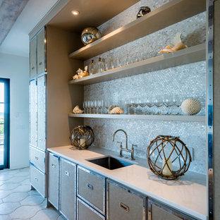 Immagine di un angolo bar con lavandino classico di medie dimensioni con lavello sottopiano, consolle stile comò, ante beige, top in superficie solida, paraspruzzi grigio, paraspruzzi con piastrelle a mosaico, pavimento in cemento, pavimento beige e top bianco