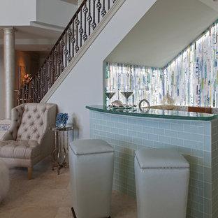 他の地域の小さいビーチスタイルのおしゃれな着席型バー (コの字型、レイズドパネル扉のキャビネット、白いキャビネット、マルチカラーのキッチンパネル、緑のキッチンカウンター) の写真