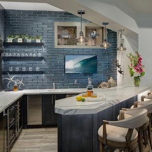 Immagine di un bancone bar costiero di medie dimensioni con lavello sottopiano, ante in stile shaker, ante blu, top in quarzo composito, paraspruzzi blu, pavimento in gres porcellanato, top multicolore, paraspruzzi con piastrelle diamantate e pavimento beige