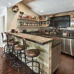 サンフランシスコの大きいコンテンポラリースタイルのおしゃれな着席型バー (アンダーカウンターシンク、シェーカースタイル扉のキャビネット、ヴィンテージ仕上げキャビネット、クオーツストーンカウンター、マルチカラーのキッチンパネル、ガラスタイルのキッチンパネル、濃色無垢フローリング、茶色い床、茶色いキッチンカウンター) の写真
