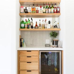 Ispirazione per un angolo bar contemporaneo con ante lisce, ante in legno scuro, pavimento in legno massello medio, pavimento marrone e top bianco