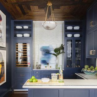 Ejemplo de bar en casa con fregadero en U, clásico renovado, con fregadero integrado, armarios estilo shaker, puertas de armario azules, salpicadero blanco, suelo de madera oscura, suelo marrón y encimeras blancas