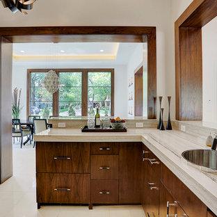 Idee per un bancone bar design di medie dimensioni con lavello da incasso, ante lisce, ante in legno bruno, top in saponaria, paraspruzzi beige, paraspruzzi con piastrelle in pietra, pavimento in marmo e pavimento beige