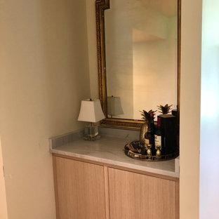 Cette photo montre un petit bar de salon linéaire scandinave avec un placard à porte plane, des portes de placard en bois clair, un plan de travail en quartz, une crédence grise, un sol en carrelage de porcelaine, un sol beige et un plan de travail gris.