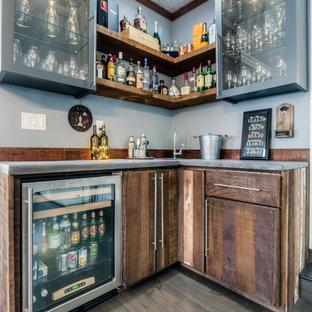Bild på en liten vintage l-formad hemmabar med vask, med en undermonterad diskho, släta luckor, skåp i slitet trä och bänkskiva i betong
