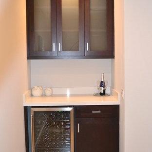 Foto på en liten funkis linjär hemmabar med vask, med skåp i shakerstil, bruna skåp och bänkskiva i koppar