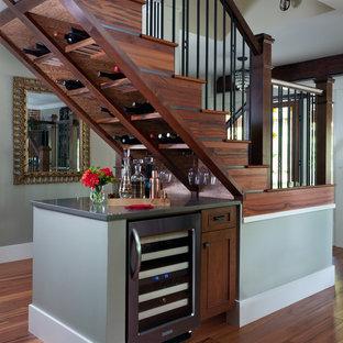 Idee per un angolo bar american style con ante in stile shaker, ante in legno bruno, nessun lavello e pavimento in legno massello medio