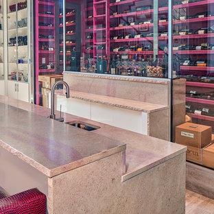 Idées déco pour un très grand bar de salon moderne avec des tabourets, un évier encastré, un plan de travail en calcaire et un sol en carrelage de porcelaine.
