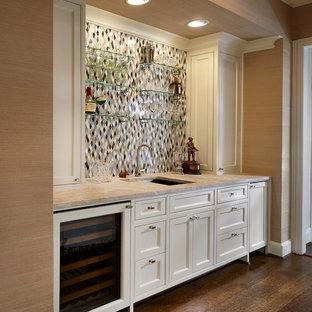 ダラスの中くらいのトラディショナルスタイルのおしゃれなウェット バー (I型、アンダーカウンターシンク、白いキャビネット、大理石カウンター、マルチカラーのキッチンパネル、落し込みパネル扉のキャビネット、モザイクタイルのキッチンパネル、濃色無垢フローリング、茶色い床、ベージュのキッチンカウンター) の写真