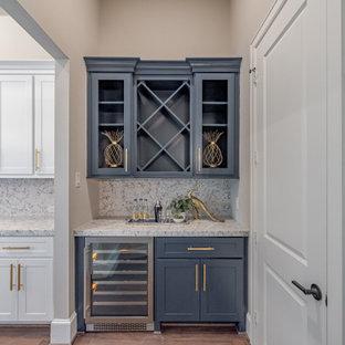 ヒューストンの中くらいのトランジショナルスタイルのおしゃれなドライ バー (I型、シンクなし、落し込みパネル扉のキャビネット、青いキャビネット、大理石カウンター、グレーのキッチンパネル、大理石のキッチンパネル、濃色無垢フローリング、グレーのキッチンカウンター、茶色い床) の写真