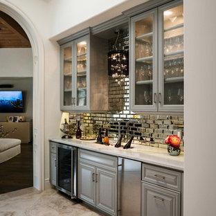 Immagine di un ampio angolo bar con lavandino classico con lavello sottopiano, ante con riquadro incassato, ante grigie, top in quarzo composito, paraspruzzi multicolore, paraspruzzi a specchio, pavimento in travertino, pavimento beige e top bianco