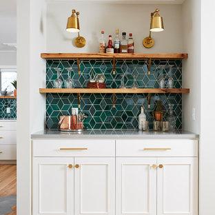 ミネアポリスのトランジショナルスタイルのおしゃれなホームバー (白いキャビネット、セラミックタイルのキッチンパネル、I型、シンクなし、落し込みパネル扉のキャビネット、緑のキッチンパネル、淡色無垢フローリング、ベージュの床、グレーのキッチンカウンター) の写真