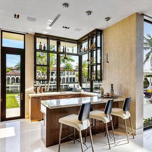 Foto di un bancone bar minimal di medie dimensioni con top in onice, pavimento in marmo, pavimento bianco, top beige, ante lisce e ante in legno scuro