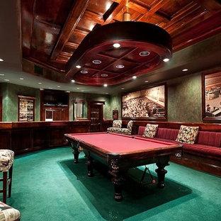 バンクーバーの広いトランジショナルスタイルのおしゃれな着席型バー (レイズドパネル扉のキャビネット、中間色木目調キャビネット、御影石カウンター、カーペット敷き、緑の床) の写真