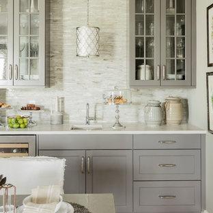 Idee per un armadio bar tradizionale con lavello sottopiano, ante di vetro, ante grigie, paraspruzzi beige, paraspruzzi con piastrelle a listelli, parquet chiaro e pavimento beige