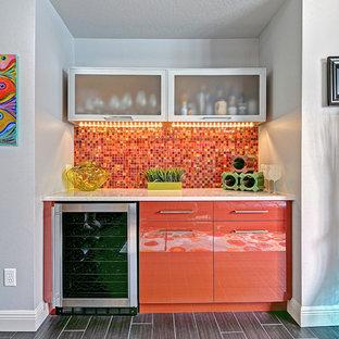 Esempio di un angolo bar minimal di medie dimensioni con ante lisce, ante arancioni, paraspruzzi multicolore, paraspruzzi con piastrelle a mosaico e pavimento grigio