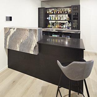 Foto di un bancone bar minimalista di medie dimensioni con mensole sospese, top in marmo, paraspruzzi a specchio e top multicolore