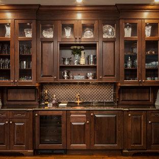 Idee per un armadio bar classico di medie dimensioni con lavello sottopiano, ante con bugna sagomata, parquet scuro e ante in legno bruno