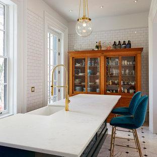 ニューヨークの広いトランジショナルスタイルのおしゃれな着席型バー (中間色木目調キャビネット、大理石カウンター、青いキッチンパネル、大理石の床、サブウェイタイルのキッチンパネル、白い床、白いキッチンカウンター、I型) の写真