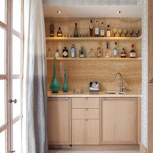 ニューヨークのコンテンポラリースタイルのおしゃれなウェット バー (淡色無垢フローリング、I型、アンダーカウンターシンク、フラットパネル扉のキャビネット、淡色木目調キャビネット、ベージュキッチンパネル、ベージュの床) の写真