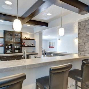 Idée de décoration pour un bar de salon tradition en U de taille moyenne avec des tabourets, un évier encastré, un placard à porte vitrée, des portes de placard en bois sombre, un plan de travail en béton, un sol en carrelage de porcelaine, un sol gris et un plan de travail gris.