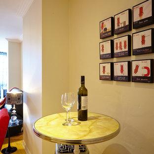 シドニーの小さいエクレクティックスタイルのおしゃれな着席型バー (I型、家具調キャビネット、淡色無垢フローリング) の写真