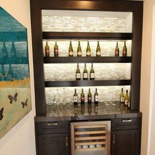 Immagine di un piccolo armadio bar tradizionale con nessun lavello, ante lisce, ante in legno bruno, top in marmo, paraspruzzi multicolore, paraspruzzi con piastrelle a listelli e pavimento in legno massello medio
