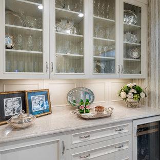 シャーロットの小さいトラディショナルスタイルのおしゃれなホームバー (ll型、インセット扉のキャビネット、白いキャビネット、大理石カウンター、ベージュキッチンパネル) の写真