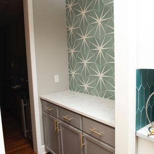 Immagine di un piccolo angolo bar con lavandino minimalista con ante in stile shaker, ante grigie, top in quarzite, paraspruzzi verde, paraspruzzi con piastrelle di cemento, pavimento in legno massello medio e top bianco