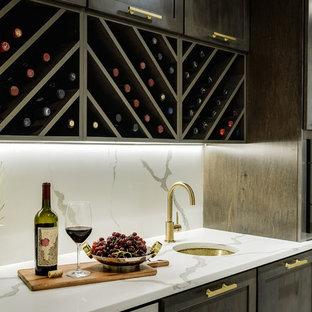 Immagine di un piccolo armadio bar minimalista con lavello sottopiano, ante in stile shaker, ante in legno bruno, top in quarzite, paraspruzzi bianco, paraspruzzi in marmo e top bianco
