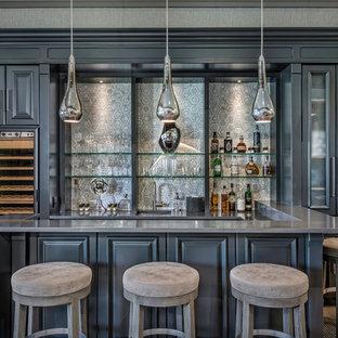 Imagen de bar en casa con barra de bar en U, clásico renovado, grande, con armarios con paneles con relieve, puertas de armario grises, salpicadero verde, fregadero bajoencimera, encimera de cuarzo compacto, salpicadero de mármol, moqueta y suelo multicolor