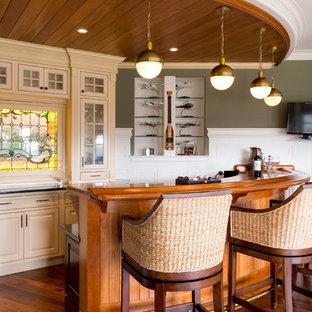 Esempio di un ampio bancone bar stile marino con ante a filo, ante beige, top in rame, paraspruzzi multicolore e pavimento in legno massello medio