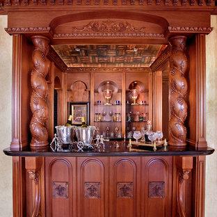 Diseño de bar en casa con fregadero mediterráneo con puertas de armario de madera en tonos medios