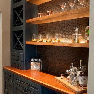 アトランタのコンテンポラリースタイルのおしゃれなホームバー (ll型、シンクなし、落し込みパネル扉のキャビネット、青いキャビネット、木材カウンター、モザイクタイルのキッチンパネル、レンガの床、赤い床、茶色いキッチンカウンター、茶色いキッチンパネル) の写真