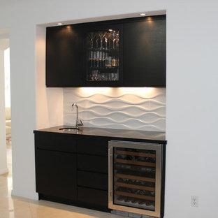 Esempio di un piccolo angolo bar con lavandino design con lavello sottopiano, ante lisce, ante nere, top in quarzo composito, paraspruzzi bianco, paraspruzzi in gres porcellanato e pavimento in gres porcellanato