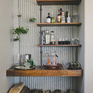 サンディエゴの小さいラスティックスタイルのおしゃれなホームバー (I型、オープンシェルフ、中間色木目調キャビネット、木材カウンター、グレーのキッチンパネル、メタルタイルのキッチンパネル、スレートの床、茶色いキッチンカウンター) の写真