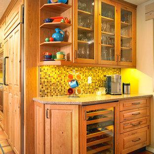 Idee per un piccolo armadio bar american style con nessun lavello, ante di vetro, ante in legno scuro, top in quarzo composito, paraspruzzi multicolore, paraspruzzi con piastrelle a mosaico e pavimento in terracotta