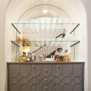 サンディエゴの中くらいのコンテンポラリースタイルのおしゃれなウェット バー (I型、シンクなし、家具調キャビネット、グレーのキャビネット、ミラータイルのキッチンパネル、無垢フローリング、茶色い床、人工大理石カウンター) の写真