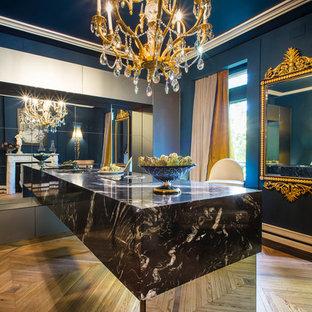 デンバーの中サイズのヴィクトリアン調のおしゃれな着席型バー (大理石カウンター、淡色無垢フローリング、茶色い床) の写真